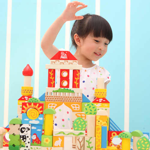 孩子用积木搭建出漂亮的森林城堡